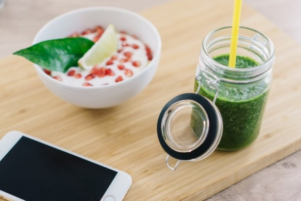green-juice-next-to-bowl-of-cereals-with-yogurt_1156-52